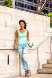 Jeune femme d'Afro-américain vous manquant avec la rose de blanc dans nouveau Photo stock