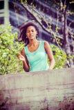 Jeune femme d'Afro-américain vous manquant avec la rose de blanc dans nouveau Photos stock