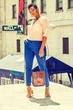 Jeune femme d'Afro-américain voyageant à New York Image libre de droits