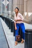 Jeune femme d'Afro-américain voyageant à New York Photos stock