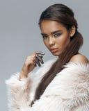 Jeune femme d'afro-américain de beauté avec la mode Images libres de droits