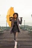 Jeune femme d'afro-américain marchant sur le pilier Image stock