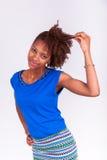 Jeune femme d'Afro-américain tenant ses cheveux Afro crépus - Blac Photo libre de droits