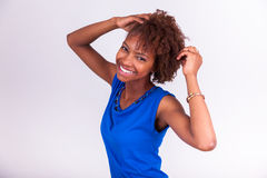 Jeune femme d'Afro-américain tenant ses cheveux Afro crépus - Blac Photographie stock libre de droits