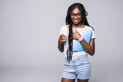 Jeune femme d'Afro-am?ricain d'?tudiant universitaire avec le carnet dans des mains d'isolement sur le fond gris photographie stock libre de droits
