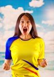 Jeune femme d'ecuadorian portant l'appareil-photo debout de revêtement de marathon de chemise officielle du football, langage du  Photographie stock