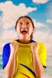 Jeune femme d'ecuadorian portant l'appareil-photo debout de revêtement de marathon de chemise officielle du football, langage du  Image libre de droits