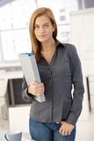 Jeune femme d'employé de bureau avec le dépliant image stock