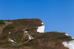 Jeune femme d'homme de couples descendant la surface de falaise Deux personnes se tenant sur la roche appr?ciant la r?cr?ation de photographie stock