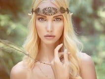 Jeune femme d'imagination en bois Image stock