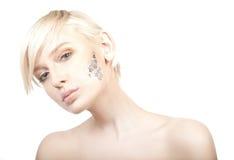 jeune femme d'isolement sur le backgrou blanc photographie stock libre de droits