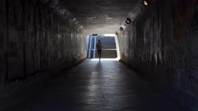 Jeune femme d?termin?e courant t?t le matin le passage souterrain de throgh banque de vidéos