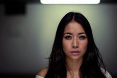 Jeune femme d'une chevelure foncée assez sereine Photo stock