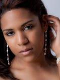 Jeune femme dans des boucles d'oreille photos libres de droits