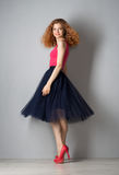 Jeune femme dans des chaussures roses photographie stock libre de droits