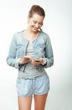 Jeune femme dans des jeans avec Smartphone Images libres de droits