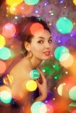 Jeune femme dans des lumières de boîtes de nuit Mode de vie de luxe de boîte de nuit f photographie stock libre de droits