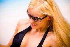 Jeune femme dans des lunettes de soleil Photo libre de droits