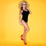 Jeune femme dans des lunettes s'usantes de maillot de bain Photo libre de droits
