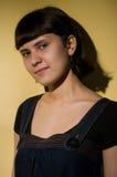 Jeune femme dans des sundress de jeans Images stock