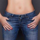 Jeune femme dans des vêtements de jeans Image libre de droits