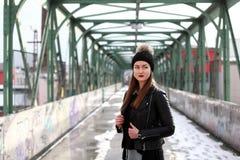 Jeune femme dans des vêtements occasionnels d'hiver images stock
