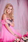 Jeune femme dans des vêtements roses de mode Images stock