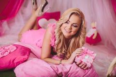Jeune femme dans des vêtements roses de mode Image stock