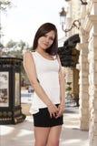 Jeune femme dans des whils de sourires d'un équipement d'été se tenant dans un surpasser photos libres de droits