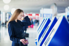 Jeune femme dans l'aéroport international Photo stock