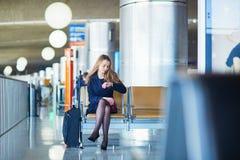 Jeune femme dans l'aéroport international Images stock