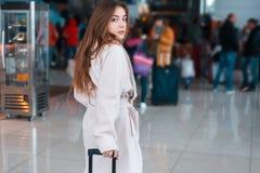 Jeune femme dans l'aéroport moderne Images libres de droits