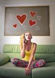 Jeune femme dans l'amour au téléphone Image libre de droits