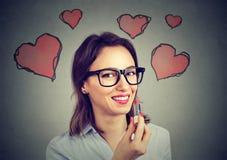 Jeune femme dans l'amour avec le rouge à lèvres rouge Photos stock