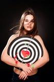 Jeune femme dans l'amour de coeur et de dard Photographie stock libre de droits