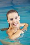 Jeune femme dans l'eau dans la natation Photographie stock libre de droits