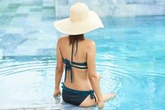 Jeune femme dans l'eau photographie stock