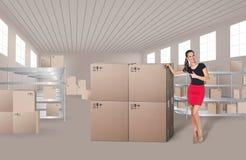 Jeune femme dans l'entrepôt Photo stock