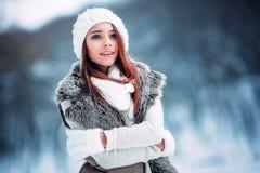 Jeune femme dans l'hiver Photo libre de droits