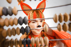Jeune femme dans l'image de l'écureuil rouge avec l'abaque Images libres de droits