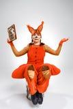 Jeune femme dans l'image de l'écureuil rouge avec l'abaque Image stock