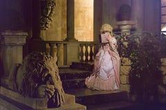 Jeune femme dans l'image du 18ème siècle posant dans l'extérieur de vintage Images stock