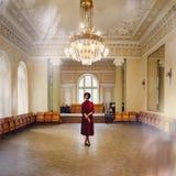 Jeune femme dans l'intérieur riche du vieux château Fille de beauté image libre de droits