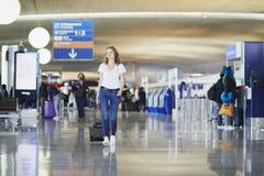 Jeune femme dans l'a?roport international photos stock
