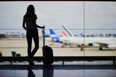 Jeune femme dans l'a?roport international photo libre de droits