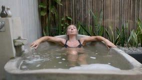 Jeune femme dans la baignoire banque de vidéos