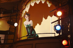 Jeune femme dans la boîte de théâtre Photographie stock libre de droits