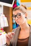 Jeune femme dans la boutique de loto jouant le billet Image libre de droits