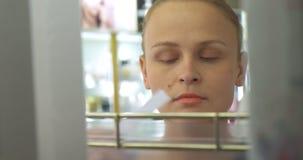 Jeune femme dans la boutique de parfumerie clips vidéos