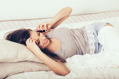 Jeune femme dans la chambre à coucher avec le portrait de téléphone portable Photo libre de droits